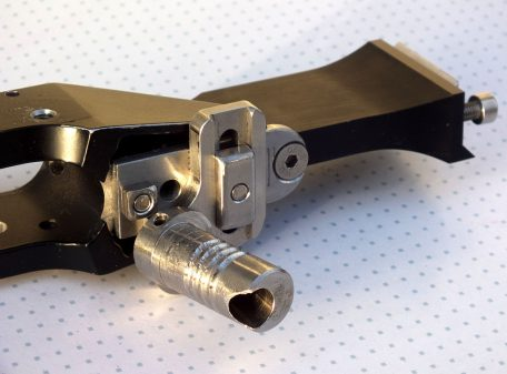 Fully adjustable offset grip